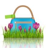 Blaue Frauenfrühlingstasche mit Krokusblumen und grünem Aufkleber Stockbilder