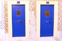 Blaue frontdoors Mosaikfliesen, Lissabon, Portugal Lizenzfreie Stockfotos