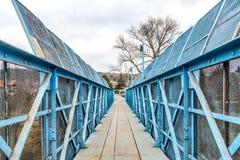 Blaue Fußgängerbrücke über Eisenbahn lizenzfreies stockfoto