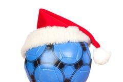 Blaue Fußballkugel mit Weihnachtshut Stockfoto