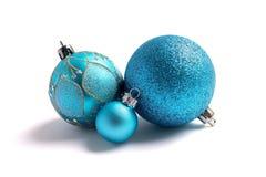 Blaue Funkeln Weihnachtsbälle, lokalisiert Stockfotos