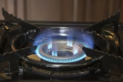 Blaue Gasbrände auf dem Ofen stockfotografie