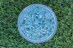 Blaue Gelbälle in der Mitte auf grünem künstlichem Grashintergrund stockfoto