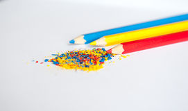 Blaue gelbe rote Bleistiftkrumen Stockfoto