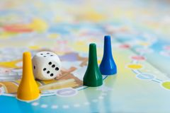 Blaue, gelbe und grüne Plastikchips, Würfel und Brettspiele für Kinder Stockbilder