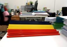 Blaue, gelbe und rote Plastikkantendateien Stockfoto