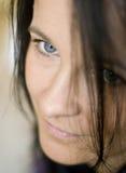 Blaue gemusterte Brunettefrau Stockbilder