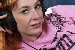 Blaue gemusterte Frau mit Kopfhörern Lizenzfreie Stockbilder