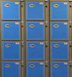 Blaue Gepäck-Schließfächer Stockfotos
