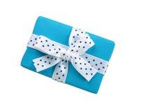 Blaue Geschenkbox mit Bandbogen Stockfoto