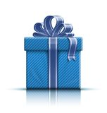 Blaue Geschenkbox mit Farbband und Bogen Stockbilder