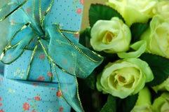 Blaue Geschenkkästen mit glänzendem Bogen Stockfotografie