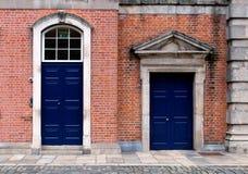 Blaue geschlossene Türen auf einer Ziegelsteinfassade eines Gebäudes stockfotos