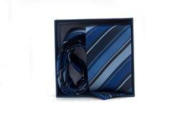 Blaue gestreifte Krawatte in einem Kasten Stockbild
