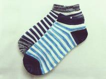 Blaue gestreifte Socken mit Weinlese filtert Effekt Stockfotos