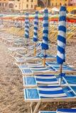 Blaue gestreifte Sonnenschirme Lizenzfreies Stockbild