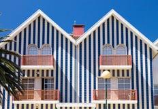 Blaue gestreifte Strand-Hütten-Häuser Stockfotos