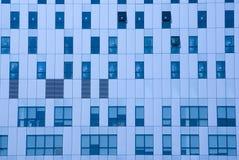 Blaue getonte Bürofenster Lizenzfreies Stockfoto