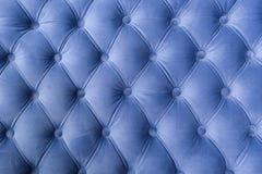Blaue Gewebesofabeschaffenheit mit Knöpfen für Hintergrund und Design lizenzfreie stockbilder