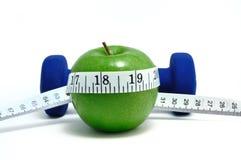 Blaue Gewichte, grüner Apple und Band-Maß Lizenzfreies Stockbild