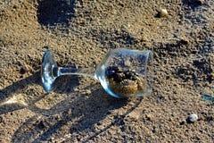 Blaue Gläser mit den geflochtenen Fahrwerkbeinen stockbild
