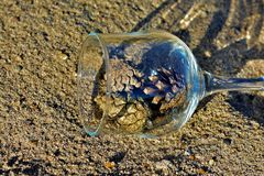 Blaue Gläser mit den geflochtenen Fahrwerkbeinen stockbilder