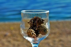 Blaue Gläser mit den geflochtenen Fahrwerkbeinen lizenzfreie stockfotos