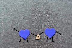Blaue glückliche Herzen auf einem grauen Hintergrund Raum für Text Postkarte für die Hochzeit, Liebhaber ` Tag, Geburtstag Stockfotos