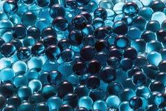 Blaue Glaskugeln, abstrakter Hintergrund eines blauen Farbbereichs Stockfotos