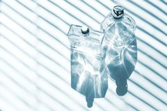 Blaue GlasParf?mflaschen lizenzfreies stockbild
