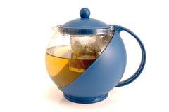 Blaue Glasteekanne mit warmem Tee Lizenzfreie Stockbilder