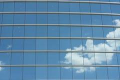 Blaue Glaswand des Bürohauses Stockfotografie