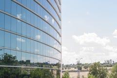 Blaue Glaswand des Bürohauses Stockfotos