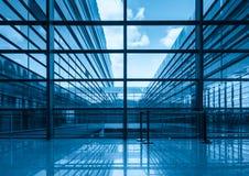Blaue Glaszwischenwand und Fenster Lizenzfreies Stockbild