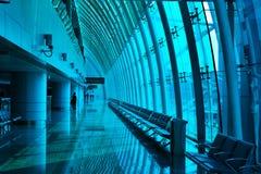 Blaue Glaszwischenwand und Fenster in einem modernen buildingï ¼ ŒThe-Flughafenabfertigungsgebäudekanal der Stahl- und Glaszwisch Lizenzfreies Stockbild