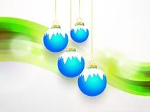 Blaue Glocke mit weißem Schnee und grünem Hintergrund Stockfotografie