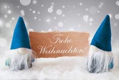 Blaue Gnomen mit Karte, Frohe Weihnachten bedeutet frohe Weihnachten Stockfoto