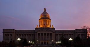 Blaue/goldene Stunde - historisches Zustands-Kapitol-Gebäude - Frankfurtes Würstchen, Kentucky lizenzfreie stockfotografie