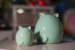 Blaue große Katze und kleine Katze benutzt für Inneneinrichtung stockbild