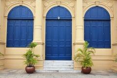 Blaue große Tür und Fenster lizenzfreie stockfotos