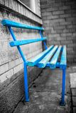 Blaue hölzerne Bank Lizenzfreie Stockbilder