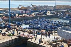 Blaue hölzerne Fischerboote im Hafen, Essaouira, Marokko Stockbilder