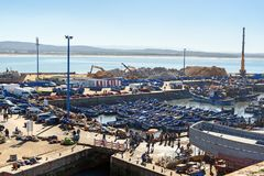Blaue hölzerne Fischerboote im Hafen, Essaouira, Marokko Stockbild