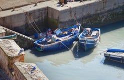 Blaue hölzerne Fischerboote im Hafen, Essaouira, Marokko Stockfoto