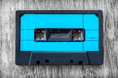 Blaue hölzerne Hintergrundweinlese des Magnetbands für Tonaufzeichnungen Lizenzfreie Stockfotos
