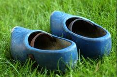 Blaue hölzerne Schuhe III Stockbilder