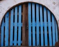 blaue hölzerne Tür Stockbilder