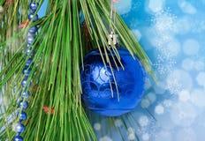 Blaue Halskette und ein Ball auf Weihnachtsbaum Stockfotografie