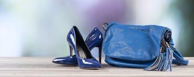 Blaue Handtasche und blaue Schuhe des hohen Absatzes Stockfoto