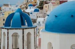 Blaue Hauben von griechisch-orthodoxen Kirchen auf Santorini Stockfoto